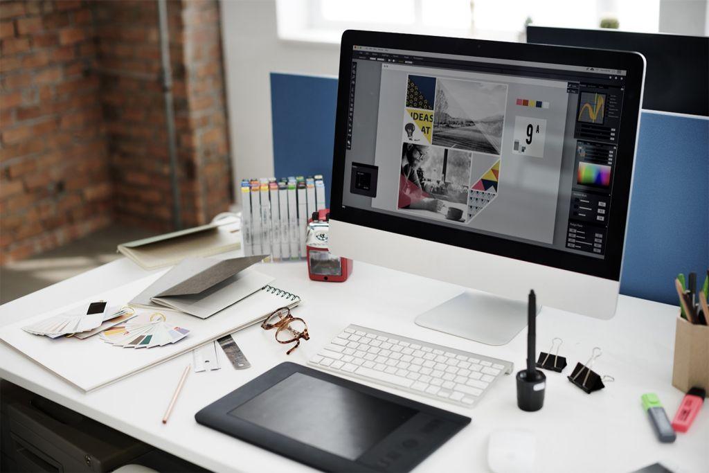 A mesa de um designer gráfico com um computador