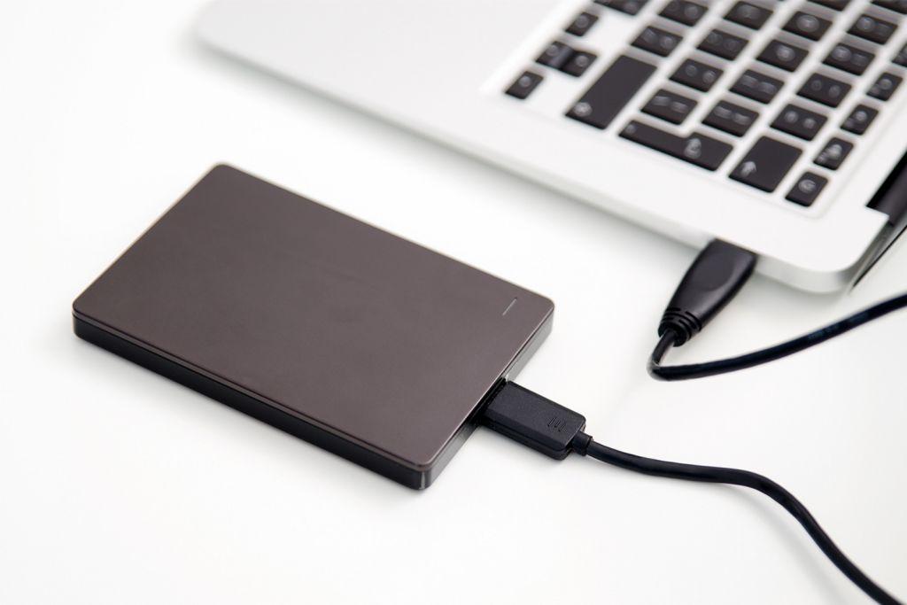 Um notebook com um disco rígido externo