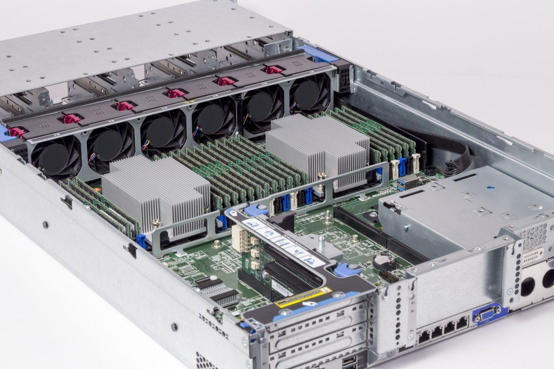 Módulos de memória RAM Crucial (memória de acesso aleatório) instalados em um servidor