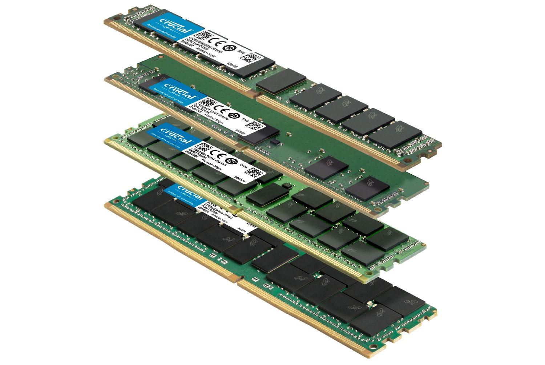 Uma pilha de módulos de memória RAM Crucial de diferentes tamanhos