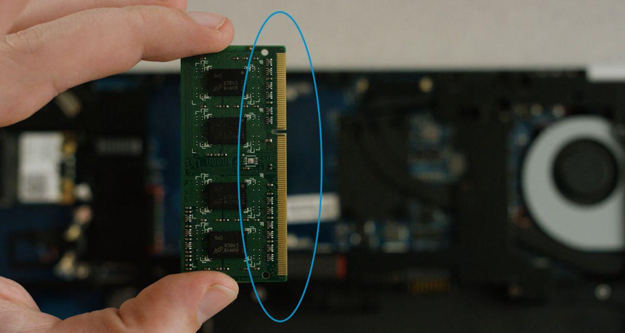Os pinos dourados ou componentes de um módulo de memória que devem ser evitados ao instalar a memória.