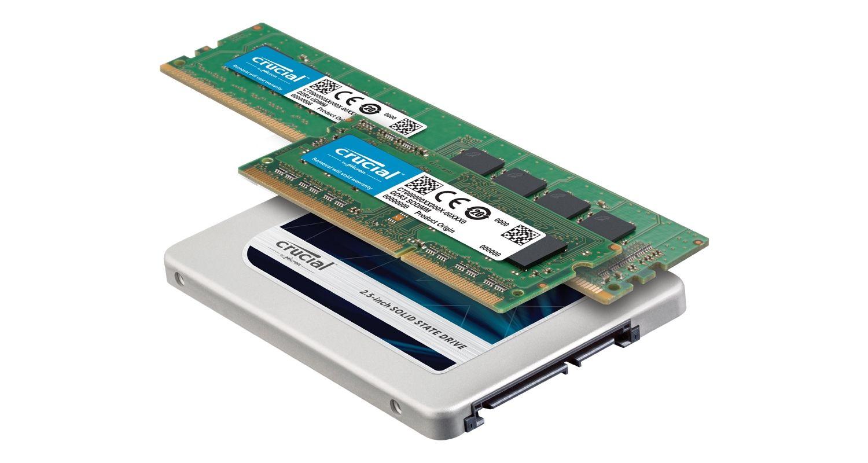Um SSD e módulos de memória RAM da Crucial