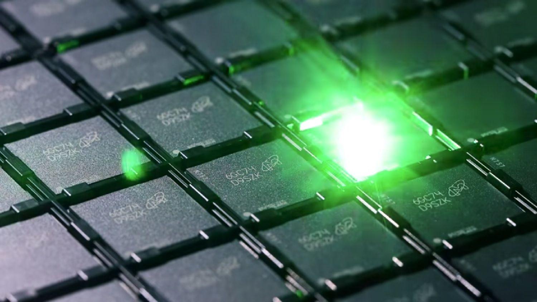 Um laser grava um código de identificação em cada chip de memória durante o processo de produção da memória