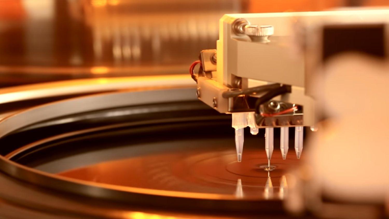 Um wafer sendo exposto ao processo de fotolitografia
