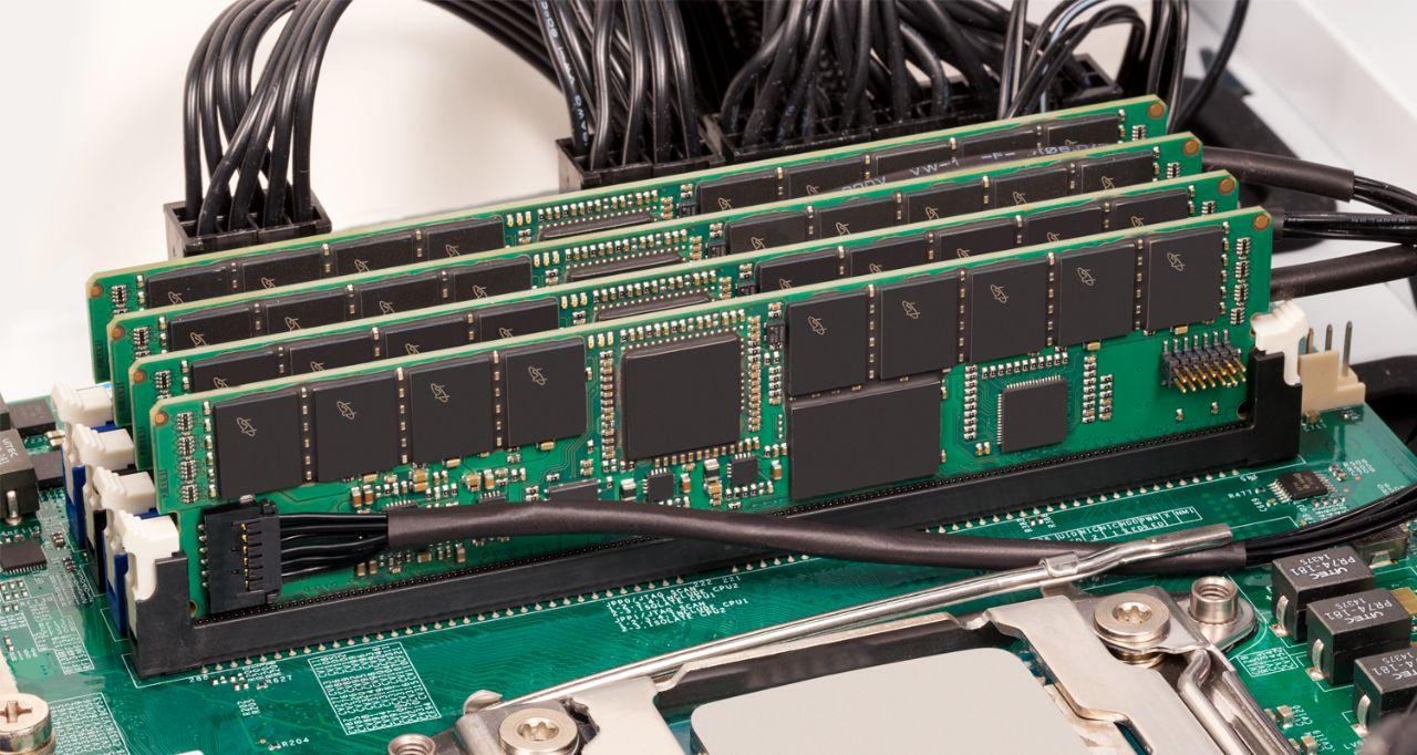 Memória RAM de servidor da Crucial.