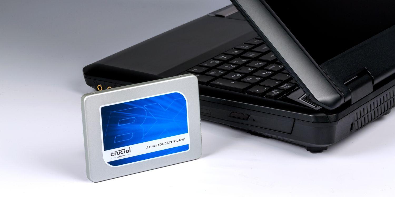 Uma unidade SSD Crucial e um notebook.