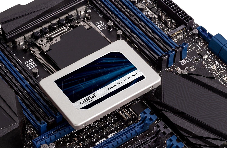 Um SSD Crucial sobre uma placa-mãe