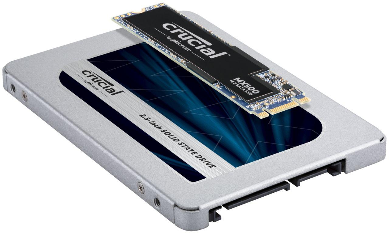 Dois módulos de memória RAM Crucial empilhados para indicar a possível diferença de tamanho e formato dos módulos de SSD