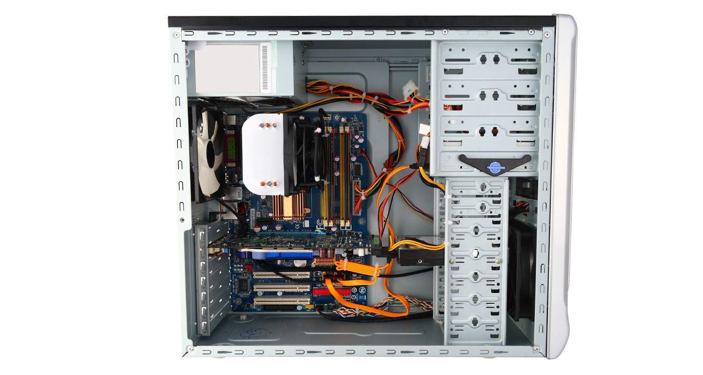 Gabinete do computador com a lateral removida.