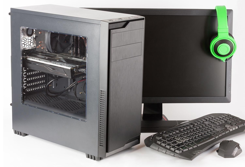 Computador gamer com monitor, teclado, mouse e fones de ouvido gamer