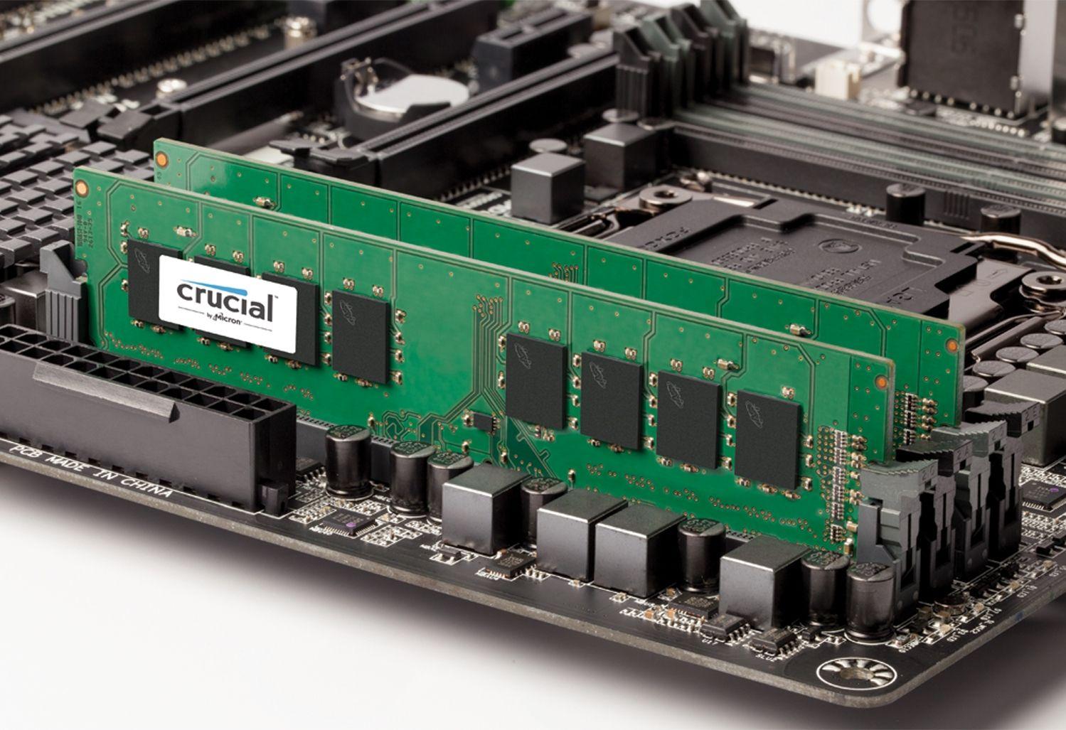 Um módulo de memória RAM Crucial ou uma placa-mãe exposta para indicar como atualizar a memória de um computador antigo