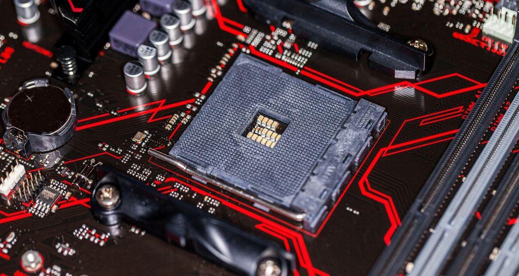 Uma CPU e placa-mãe em imagem aproximada.