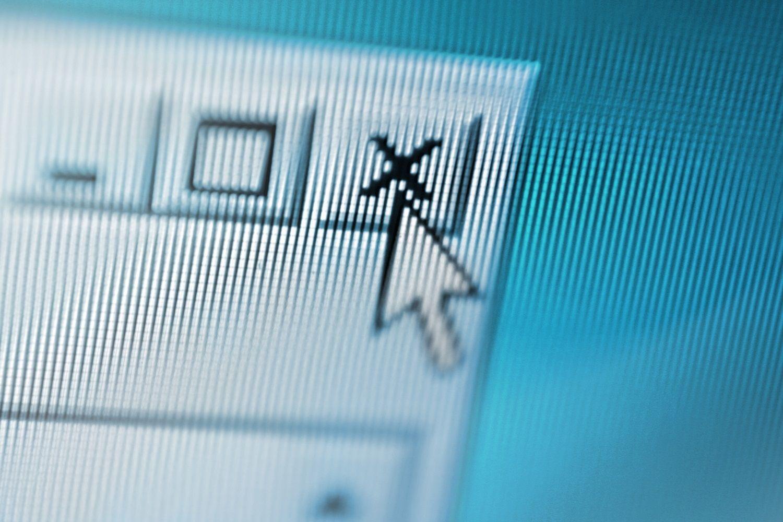 Close de uma tela de computador onde o ponteiro do mouse está fechando uma janela pop-up suspeita