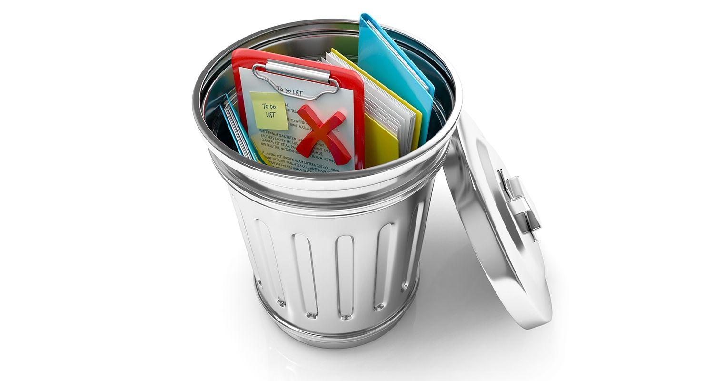 Uma lixeira aberta pode conter arquivos de dados e documentos descartados representando um usuário que está excluindo seus cookies e arquivos temporários do navegador da internet