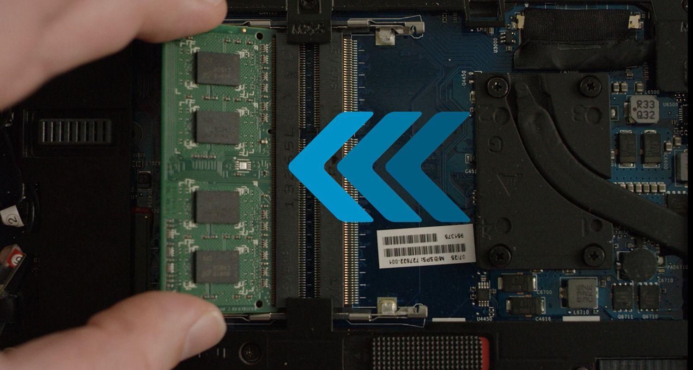 Uma pessoa instala o módulo RAM Crucial no laptop