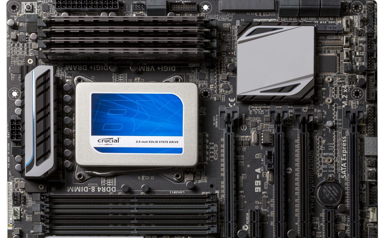 Unidade de estado sólido (SSD) Crucial instalada em um computador